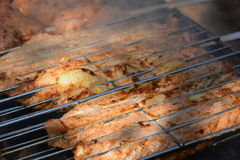 Voorbereiding, het Koken kebabs op houtskool openlucht royalty-vrije stock afbeeldingen