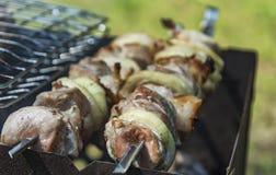 Voorbereiding op brand van stukken van vlees op een vleespen worden vastgebonden die Royalty-vrije Stock Foto's