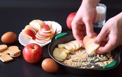 Voorbereiding van appeltaart thuis Eigengemaakte gebakjes met appelen stock afbeeldingen