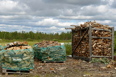 Voorbereiding van brandhout Noordelijk Finland royalty-vrije stock foto's