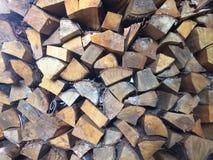Voorbereiding van brandhout voor de winter brandhoutachtergrond, Sta Royalty-vrije Stock Foto