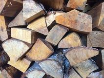Voorbereiding van brandhout voor de winter brandhoutachtergrond, Sta Stock Afbeeldingen