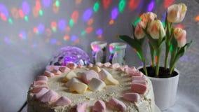 Voorbereiding van cake Voeg het vullen toe Chocolade cupcake recept Kokende GLB-cake Kokend gebakje cupcakes - drukkend stock video