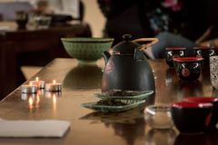 Voorbereiding van Chinese thee - de lijst plaatste met een ketel, koppen, cand Royalty-vrije Stock Fotografie