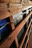 Voorbereiding van dakdak voor installatie van bladen die van metaaltegels met isolatie, met behulp van film, raad waterdicht make stock afbeeldingen