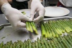 Voorbereiding van een asperge stock afbeeldingen