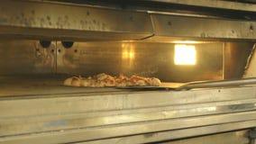 Voorbereiding van een pizza in de stijl van Rome stock videobeelden