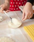 Voorbereiding van eigengemaakte lasagna's Stock Fotografie