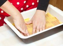 Voorbereiding van eigengemaakte lasagna's Stock Foto