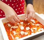 Voorbereiding van eigengemaakte lasagna's Royalty-vrije Stock Afbeelding