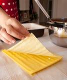 Voorbereiding van eigengemaakte lasagna's Stock Foto's