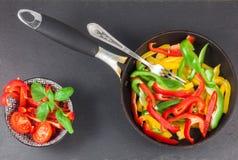 Voorbereiding van gekleurde paprika Royalty-vrije Stock Foto's
