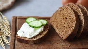 Voorbereiding van gezonde sandwich met komkommer stock video