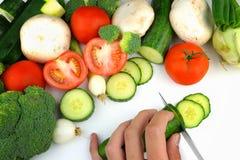 Voorbereiding van groenten op een witte achtergrond stock foto's