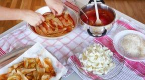 Voorbereiding van het Italiaanse recept voor Aubergine Parmigiana Stock Foto