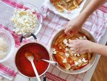 Voorbereiding van het Italiaanse recept voor Aubergine Parmigiana Royalty-vrije Stock Fotografie