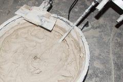 Voorbereiding van het mortier voor binnenlands en buitengebruik Klaar mengeling gemengd de bouwhulpmiddel Hulpmiddel om op een mu Stock Afbeelding