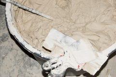 Voorbereiding van het mortier voor binnenlands en buitengebruik Klaar mengeling gemengd de bouwhulpmiddel Hulpmiddel om op een mu Stock Afbeeldingen