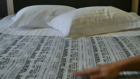 Voorbereiding van hotelruimte Hotelslaapkamer Meisje dat bed in hotelruimte maakt stock videobeelden