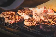 Voorbereiding van ingrediënten voor een Hamburger Stock Afbeeldingen