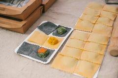 Voorbereiding van Italiaanse schotelravioli Dit is deegwaren van deeg met verschillende vullingen Een analogon van ravioli is bol royalty-vrije stock afbeelding