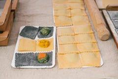 Voorbereiding van Italiaanse schotelravioli Dit is deegwaren van deeg met verschillende vullingen Een analogon van ravioli is bol stock foto's