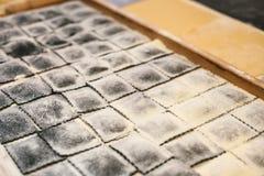 Voorbereiding van Italiaanse schotelravioli Dit is deegwaren van deeg met verschillende vullingen Een analogon van ravioli is bol royalty-vrije stock foto's