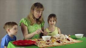 Voorbereiding van paaseieren, het feest van passover stock video