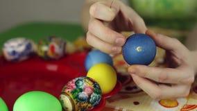 Voorbereiding van paaseieren, het feest van passover stock videobeelden