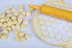 Voorbereiding van pelmeni thuis in de keuken die, koken, die eigengemaakte ravioli, pelmeni of bollen met vlees maken voorbereidi Stock Foto's