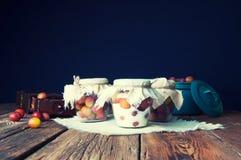 Voorbereiding van pruimen met suiker in kruiken voor de winter Royalty-vrije Stock Foto