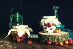 Voorbereiding van pruimen met suiker in kruiken voor de winter Royalty-vrije Stock Afbeeldingen