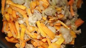 Voorbereiding van rijstschotels - pilau van Oezbekistan stock video