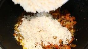 Voorbereiding van rijstschotels - pilau van Oezbekistan stock videobeelden