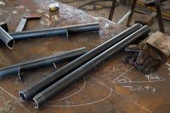 Voorbereiding van staalassemblage over lijst Stock Afbeeldingen