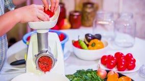 Voorbereiding van tomatenpuree op molen stock videobeelden