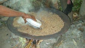 Voorbereiding van traditioneel Ethiopisch bier - ella van t ' stock afbeelding