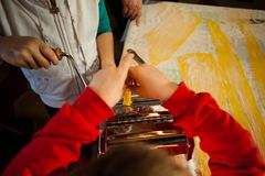 voorbereiding van verse deegwaren eigengemaakte tagliatelle met de machine stock afbeeldingen