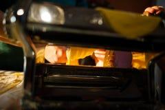 voorbereiding van verse deegwaren eigengemaakte tagliatelle met de machine stock foto's