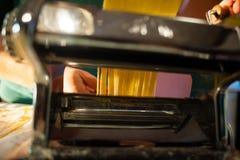 voorbereiding van verse deegwaren eigengemaakte tagliatelle met de machine stock foto