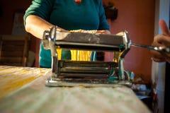 voorbereiding van verse deegwaren eigengemaakte tagliatelle met de machine royalty-vrije stock foto