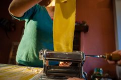 voorbereiding van verse deegwaren eigengemaakte tagliatelle met de machine royalty-vrije stock afbeeldingen