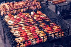 Voorbereiding van vlees met tomaat op vleespennen royalty-vrije stock foto's
