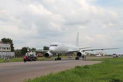 Voorbereiding van vliegtuigen voor vlucht Stock Afbeeldingen