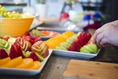 Voorbereiding van vruchten dessert voor de feestelijke lijst stock fotografie