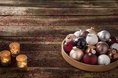 Voorbereiding van warme Kerstmisvooravond met snuisterijen en spiritual candlelights stock foto