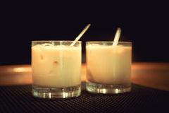 Voorbereiding van witte Russische cocktails Stock Afbeelding