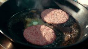 Voorbereiding voor hamburger op hete pan Snel voedselarbeider die voedsel voorbereiden stock footage