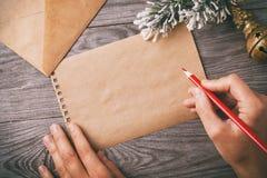 Voorbereiding voor het Kerstmisbericht op de vooravond van de vakantie royalty-vrije stock foto