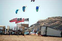 Voorbereiding voor het surfen de concurrentie op het strand, Rhodes Island, Griekenland, Augustus 2014 Stock Foto's